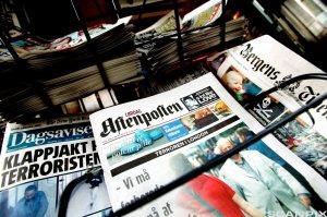Oslo. Avisstativ med Aftenposten på fremtredende plass. Aftenpostens forside viser jusistminister Odd Einar Dørum, og er lørdagsutgaven 23. juli 2005. Ved siden av Aftenposten ser vi Dagsavisen og Bergens Tidende.